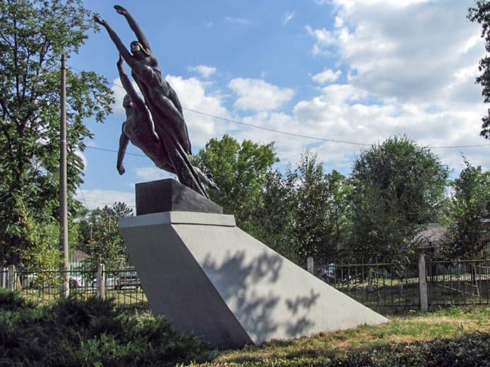 Скульптура «Покорение космоса» в Белово